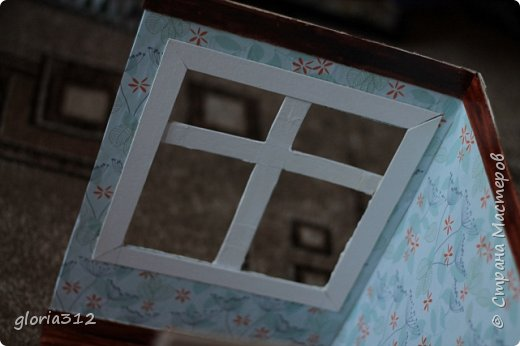 """Румбокс (roombox: room-комната, box- коробка).   Материалы: -Макетный картон -Скрап-бумага -Белый акрил -Лак-олифа для дерева, """"красное дерево"""" -Ткань (полупрозрачный шифон) -Шпажка для барбекю -Клей ПВА -Скотч широкий -Канцелярский ножик -Ножницы фото 8"""