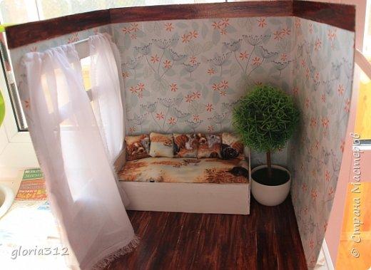 """Румбокс (roombox: room-комната, box- коробка).   Материалы: -Макетный картон -Скрап-бумага -Белый акрил -Лак-олифа для дерева, """"красное дерево"""" -Ткань (полупрозрачный шифон) -Шпажка для барбекю -Клей ПВА -Скотч широкий -Канцелярский ножик -Ножницы фото 9"""