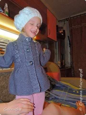 Моя крошка-инвалид. И так хочется радовать доченьку чем-то новым.  Комбез болельшицы связан спицами. Папа наш был в восторге.  фото 6