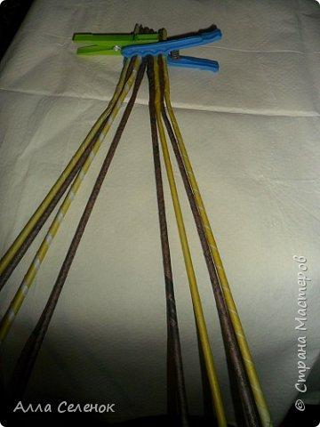 Мастер-класс Поделка изделие Плетение Косичка из 8 трубочек Бумага газетная Трубочки бумажные фото 3