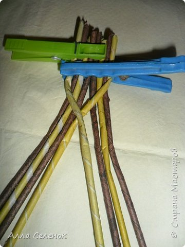 Мастер-класс Поделка изделие Плетение Косичка из 8 трубочек Бумага газетная Трубочки бумажные фото 5
