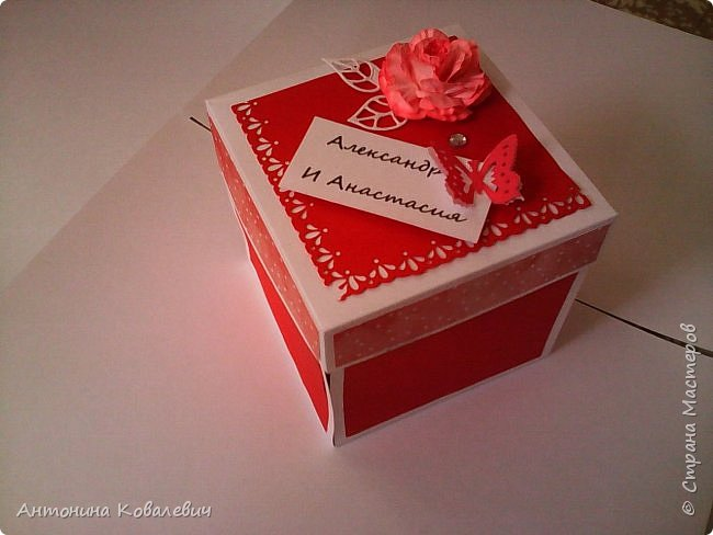 Вот такая вот коробочка. Любимый цвет невесты красный, поэтому и сама коробочка красная. Думала сегодня уже не выложу, но успела. Это моя первая шкатулочка) Фото очень много!!! фото 1