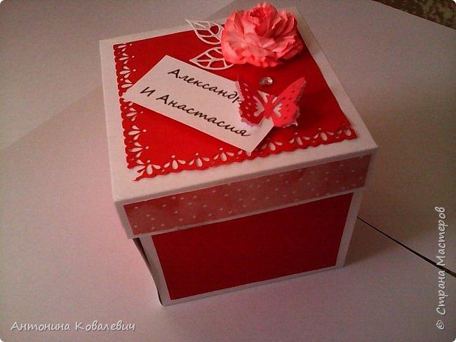 Вот такая вот коробочка. Любимый цвет невесты красный, поэтому и сама коробочка красная. Думала сегодня уже не выложу, но успела. Это моя первая шкатулочка) Фото очень много!!! фото 2
