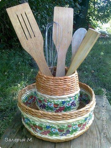 Добрый день мастера и мастерицы.Хочу показать вам свои очередные работы.Это корзинка для лука,подарила маме.трубочки красила самодельной морилкой дуб. фото 2
