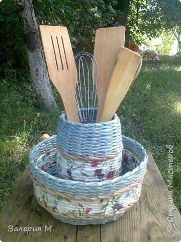 Добрый день мастера и мастерицы.Хочу показать вам свои очередные работы.Это корзинка для лука,подарила маме.трубочки красила самодельной морилкой дуб. фото 4