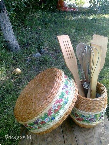Добрый день мастера и мастерицы.Хочу показать вам свои очередные работы.Это корзинка для лука,подарила маме.трубочки красила самодельной морилкой дуб. фото 3
