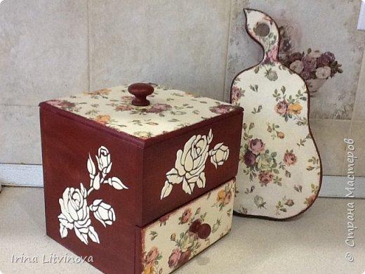 Доброе утро , Страна! Сделала новый короб для чайных пакетов и сладостей, в дополнение досточку.Все просто: грунтовка под салфетку, морение акрилом, салфетка, объемные розы. Розы на фотографии белые, на самом деле они в цвет салфетки. фото 1