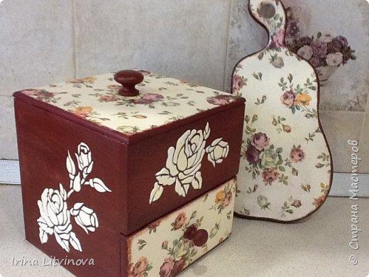 Доброе утро , Страна! Сделала новый короб для чайных пакетов и сладостей, в дополнение досточку.Все просто: грунтовка под салфетку, морение акрилом, салфетка, объемные розы. Розы на фотографии белые, на самом деле они в цвет салфетки. фото 2