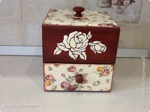 Доброе утро , Страна! Сделала новый короб для чайных пакетов и сладостей, в дополнение досточку.Все просто: грунтовка под салфетку, морение акрилом, салфетка, объемные розы. Розы на фотографии белые, на самом деле они в цвет салфетки. фото 3