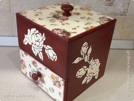 Доброе утро , Страна! Сделала новый короб для чайных пакетов и сладостей, в дополнение досточку.Все просто: грунтовка под салфетку, морение акрилом, салфетка, объемные розы. Розы на фотографии белые, на самом деле они в цвет салфетки. фото 4
