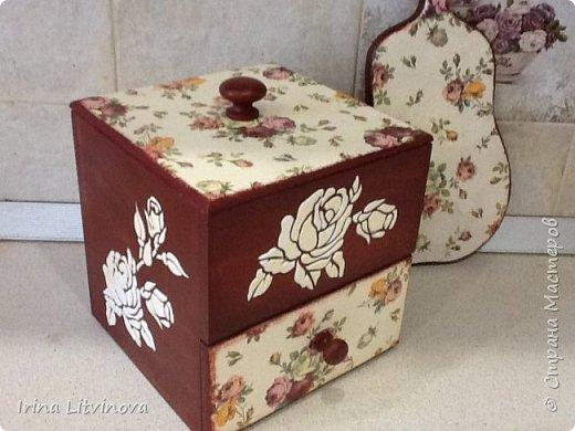 Доброе утро , Страна! Сделала новый короб для чайных пакетов и сладостей, в дополнение досточку.Все просто: грунтовка под салфетку, морение акрилом, салфетка, объемные розы. Розы на фотографии белые, на самом деле они в цвет салфетки. фото 6