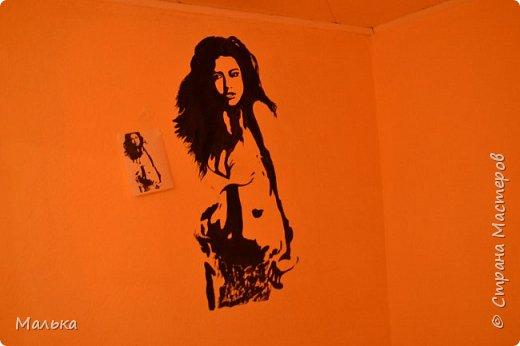 Девочки...всем привет!!!  Сто лет ничего не размещала на сайте...соскучилаааась))) И вот вчера я  начала делать ремонт в комнате старшего сына...вот обои выкрасила и решила нарисовать новую девочку на стене(раньше была другая...в моем же исполнении))) ну и соответственно решила вам показать что получилось...так сказать на суд людской свои художества)))...рядом картинка висит с которой срисовывала... фото 1
