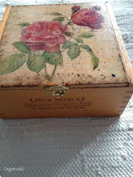 Здравствуйте,дорогие мои жители СМ!!!По случаю выпросила пару коробочек из под сигар.Просто вживила на них салфетку и набрызг патиной.оставила дерево живым.Надписи выжжены на них. фото 2