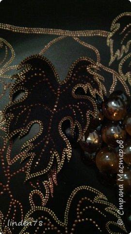 Всем доброго времени суток!  Снова я, вдохновленная работами Ихтиандры, чего-то сотворила))) Основа неизменная чёрная тарелка из Икеа, контуры по стеклу и керамике золотой, бронзовый, медный. Шарики Марблс клеила на термопистолет. Листик который лежит на виноградинах- фоам. У меня был белый, пришлось прокрашивать 3 слоями  черного акрила и сверху продублировала рисунок. Приклеила тоже на термопистолет. фото 3