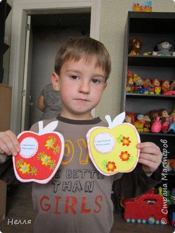 Такие открытки делала сегодня на занятие кружка. Боря держит открытку свою и сестрички. Ему очень понравилось делать открытку вместе с мамой. фото 1