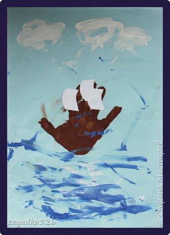 Рисовали с дочкой 2,5 лет. Облака и море рисовали пальчиком. Сначала рисовали облака, а потом, не смывая краску с пальцев, нарисовали море.