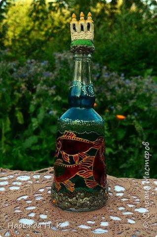 Доброго времени суток всем! Пять лет назад у меня появилась такая бутылочка. Обычно на сосудах для святой воды изображены ангелочки, розочки или виноградная лоза, а у меня в ней поселились рыбы. Это не случайно, но об этом немного позже. фото 2