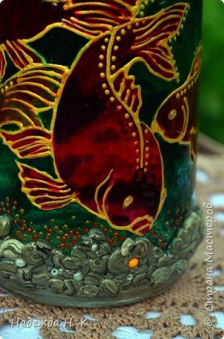 Доброго времени суток всем! Пять лет назад у меня появилась такая бутылочка. Обычно на сосудах для святой воды изображены ангелочки, розочки или виноградная лоза, а у меня в ней поселились рыбы. Это не случайно, но об этом немного позже. фото 9