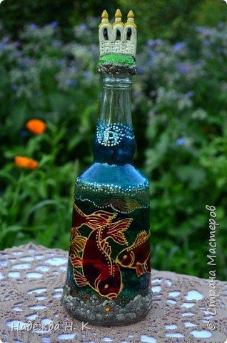 Доброго времени суток всем! Пять лет назад у меня появилась такая бутылочка. Обычно на сосудах для святой воды изображены ангелочки, розочки или виноградная лоза, а у меня в ней поселились рыбы. Это не случайно, но об этом немного позже. фото 1