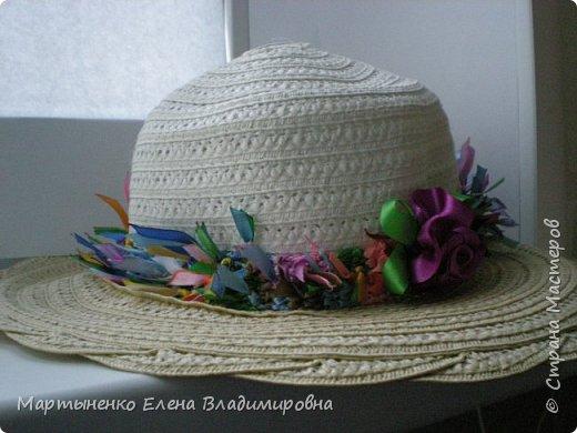 Добрый день, страна мастеров! Свою дачную шляпку я украсила вязанной полоской из остатков ярких ленточек, которых остается много и,конечно же, их жалко выбрасывать. Ленточки связаны между собой узелками и кончики их обожжены. Ну и небольшой цветочек. фото 1