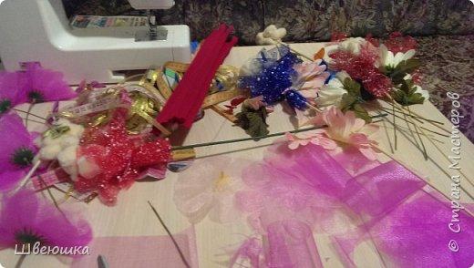 Три медведя-три букетика).Нашлись у свекрови мишки  на шпажках,бабочки,цветочки разные и органза цветочная.Это наш совместный проект.С меня композиция,упаковывать в флористические обёртки помогла  и делилась секретиками свекровь.Букетики отправляться в её магазинчик. фото 5