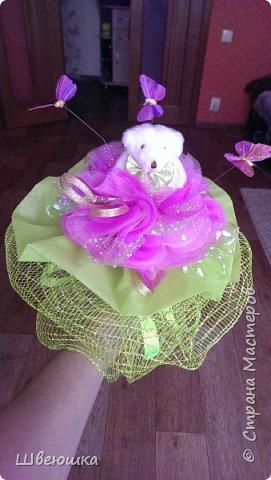 Три медведя-три букетика).Нашлись у свекрови мишки  на шпажках,бабочки,цветочки разные и органза цветочная.Это наш совместный проект.С меня композиция,упаковывать в флористические обёртки помогла  и делилась секретиками свекровь.Букетики отправляться в её магазинчик. фото 4