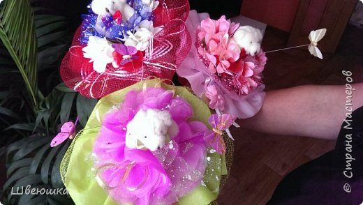 Три медведя-три букетика).Нашлись у свекрови мишки  на шпажках,бабочки,цветочки разные и органза цветочная.Это наш совместный проект.С меня композиция,упаковывать в флористические обёртки помогла  и делилась секретиками свекровь.Букетики отправляться в её магазинчик. фото 1