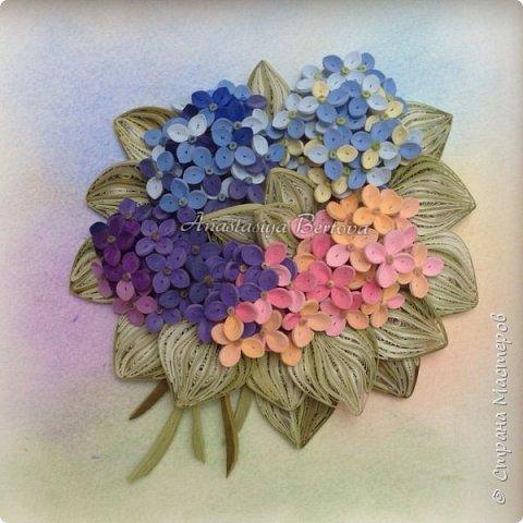 Всем доброго времени! Сегодня у меня гортензия. Много маленьких разноцветных цветочков, собраны в маленький яркий букетик. Для цветочков использовала полосочки 1,5 мм 14-ти оттенков. Для листьев: полосочки 3 мм 3-х оттенков.  Формат 23*23 см, фон - сухая пастель. фото 2