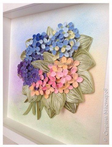 Всем доброго времени! Сегодня у меня гортензия. Много маленьких разноцветных цветочков, собраны в маленький яркий букетик. Для цветочков использовала полосочки 1,5 мм 14-ти оттенков. Для листьев: полосочки 3 мм 3-х оттенков.  Формат 23*23 см, фон - сухая пастель. фото 6