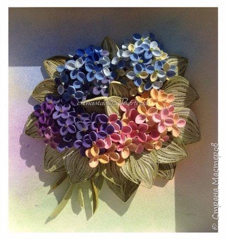 Всем доброго времени! Сегодня у меня гортензия. Много маленьких разноцветных цветочков, собраны в маленький яркий букетик. Для цветочков использовала полосочки 1,5 мм 14-ти оттенков. Для листьев: полосочки 3 мм 3-х оттенков.  Формат 23*23 см, фон - сухая пастель. фото 8