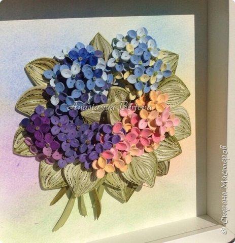 Всем доброго времени! Сегодня у меня гортензия. Много маленьких разноцветных цветочков, собраны в маленький яркий букетик. Для цветочков использовала полосочки 1,5 мм 14-ти оттенков. Для листьев: полосочки 3 мм 3-х оттенков.  Формат 23*23 см, фон - сухая пастель. фото 9