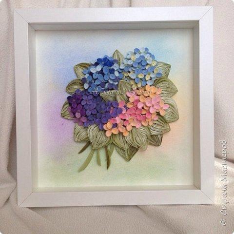 Всем доброго времени! Сегодня у меня гортензия. Много маленьких разноцветных цветочков, собраны в маленький яркий букетик. Для цветочков использовала полосочки 1,5 мм 14-ти оттенков. Для листьев: полосочки 3 мм 3-х оттенков.  Формат 23*23 см, фон - сухая пастель. фото 10