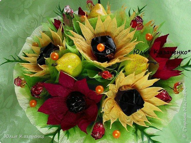 Букет из конфет с ягодами и рябиной. фото 7