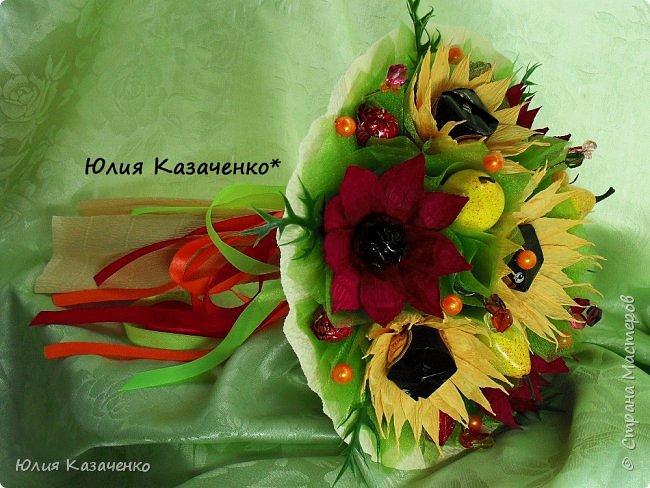 Букет из конфет с ягодами и рябиной. фото 5