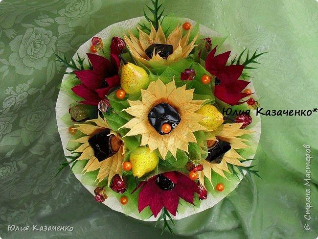 Букет из конфет с ягодами и рябиной. фото 6