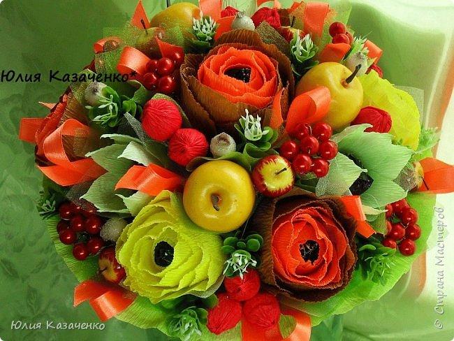 Букет из конфет с ягодами и рябиной. фото 3