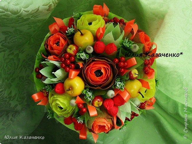 Букет из конфет с ягодами и рябиной. фото 2