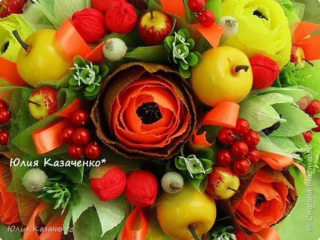 Букет из конфет с ягодами и рябиной. фото 4