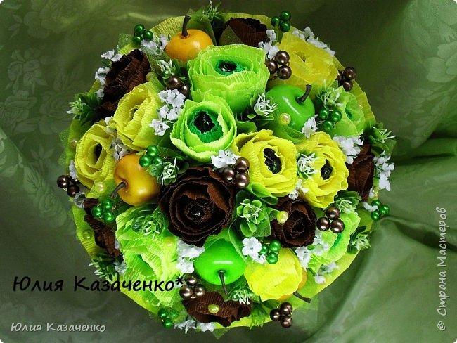 Букет из конфет с ягодами и рябиной. фото 9