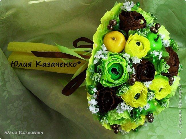 Букет из конфет с ягодами и рябиной. фото 8