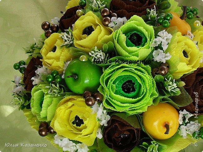 Букет из конфет с ягодами и рябиной. фото 11