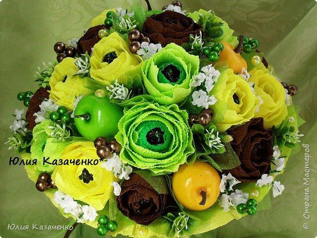 Букет из конфет с ягодами и рябиной. фото 10