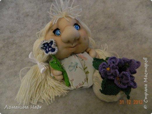Домовенок Маруся сделана из капроновых колготок. Как и любая девочка, она очень любит цветы.