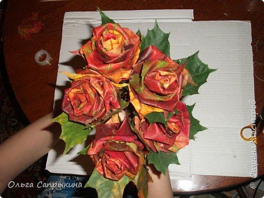 Давно слышала что делают розы из кленовых листьев,вот захотела сама попробовать,начала искать МК в инете. то что нашла не очень меня устроило,поэтому долго крутила-вертела сама....и вот что навертела.В стране Мастеров уже есть МК роз из кленовых листочков,но розы там получаются совершенно другие.Может кому нибудь пригодятся мои наработки. именно такого вида розы(пышные) получаются из листьев мелкого и среднего размера. Из очень крупных листочков почему то не получается именно такой вид. фото 24