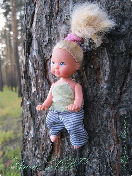 Добрый вечер!(а у кого - то день :D )Сегодня был довольно хороший денек, и мы ездили в осенний лес!Как же там красиво))))Я взяла с собой Марту, как раз сшились штанцы и топ! Шишечку нашла :) их там очееньь много :) фото 2