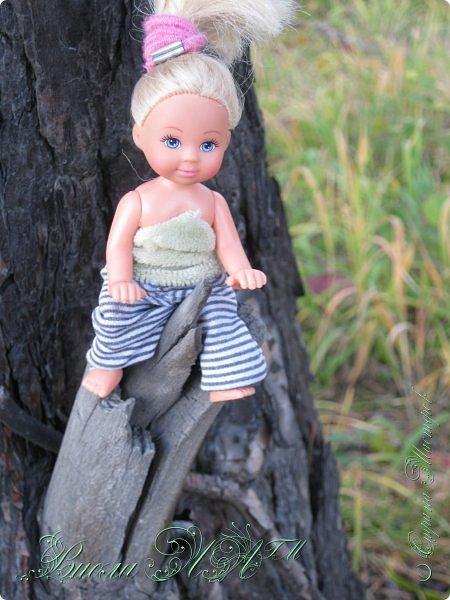 Добрый вечер!(а у кого - то день :D )Сегодня был довольно хороший денек, и мы ездили в осенний лес!Как же там красиво))))Я взяла с собой Марту, как раз сшились штанцы и топ! Шишечку нашла :) их там очееньь много :) фото 3