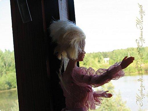 Анна сидела и ждала, пока придут подруги у окна... фото 1