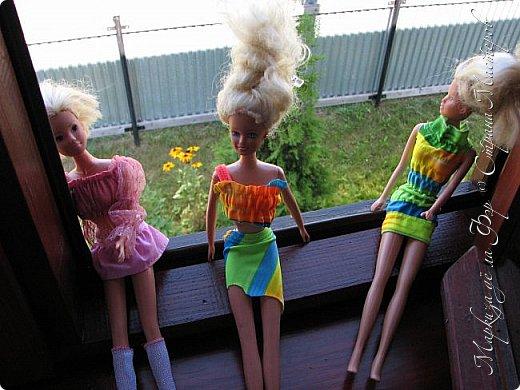 Анна сидела и ждала, пока придут подруги у окна... фото 2