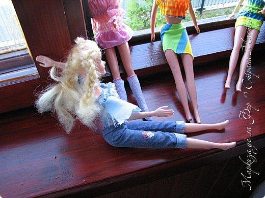 Анна сидела и ждала, пока придут подруги у окна... фото 3
