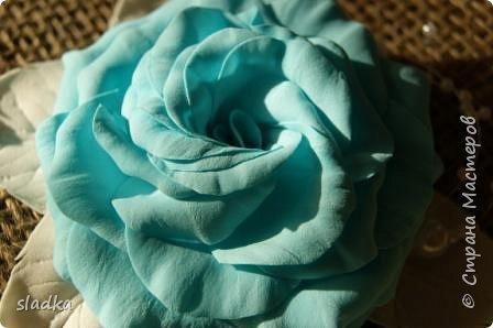 Доброго всем сентябрьского дня. Я к вам с новыми работами. Уже пол года работаю с ревелюром фомом. и могу сказать, из любого фома можно сделать цветы. и они будут не повторимы как и настоящие цветы. Я заказывала фурнитуры и заодно до веса взяла лист А4 фом. Девочка администратор меня уверила что это иранский фом,видимо по толщине 0,5мм,но на этикетки был производитель Китай. он был настолько тонкий,что я не представляла как с ним работать,как я привыкла работать. И вот что получилось. Судите сами. Роза очень воздушная и не весомая,на свету просвечивается.  Результат меня вдохнавил. фото 3